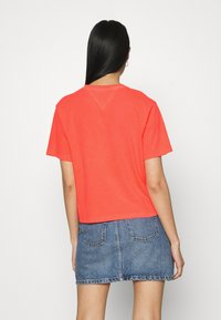 Tommy Jeans - CROP TAPE TEE - T-shirts med print - diva pink - 2