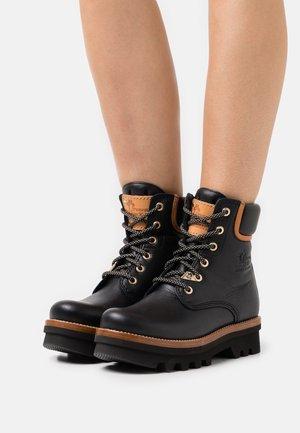 MICHELLE - Kotníkové boty na platformě - black