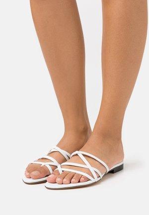 LEV - Sandály s odděleným palcem - white