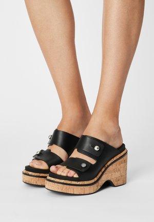 SOMMER WEDGE - Pantofle na podpatku - black