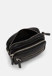 PARFOIS - CROSSBODY BAG BUBBLE - Skuldertasker - black - 2