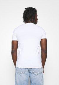 Calvin Klein Jeans - MIXED TECHNIQUE INSTIT LOGO TEE UNISEX - T-shirts print - bright white - 2