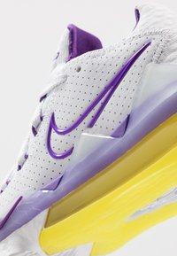 Nike Performance - LEBRON XVII LOW - Koripallokengät - white/voltage purple/dynamic yellow - 5