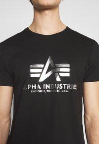Alpha Industries - BASIC PRINT - Triko spotiskem - black/metalsilver - 4
