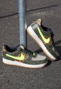 Nike Sportswear - AF1/1 UNISEX - Sneakers laag - medium olive/volt/rattan/black/dark driftwood/sail - 2