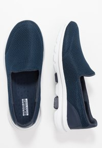 Skechers Performance - GO WALK 5 - Obuwie do biegania Turystyka - navy/white - 1