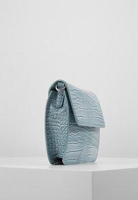 HVISK - CAYMAN SHINY STRAP BAG - Olkalaukku - baby blue - 4