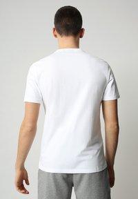 Napapijri - S-SURF FLAG - Print T-shirt - bright white - 2