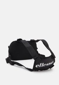 Ellesse - MAGGU CHEST BAG UNISEX - Rumpetaske - black - 1