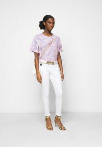 Versace Jeans Couture - Triko spotiskem - blue bell/pink confetti - 1