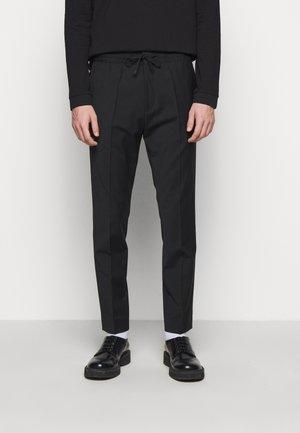 HOWARD - Spodnie materiałowe - schwarz