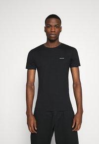 Calvin Klein Jeans - 3 PACK  - T-shirt basic - black/grey/beet red - 4