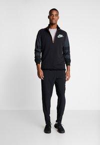 Nike Performance - WILD RUN MIDLAYER - Koszulka sportowa - black/off noir/silver - 1