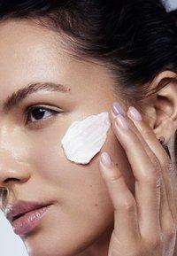 GLAMGLOW - YOUTHCREAM REJUVENATING POWER PEPTIDE MOISTURIZER - Face cream - - - 2