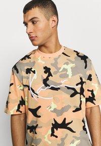 Karl Kani - UNISEX SIGNATURE CAMO TEE - T-Shirt print - camel/black/coral/yellow - 4