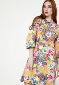 Madam-T - Cocktail dress / Party dress - senf, rosa - 3