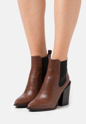 WIDE FIT KLEIN - Kotníková obuv na vysokém podpatku - cognac