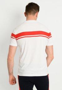 sergio tacchini - YOUNG LINE PRO T-SHIRT - T-shirt imprimé - wht/red - 2