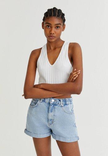 MIT GUMMIZÜGEN - Denim shorts - light blue