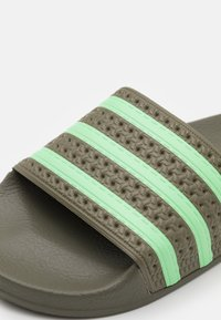 adidas Originals - ADILETTE UNISEX - Matalakantaiset pistokkaat - legacy green/glory mint - 5
