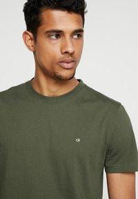 Calvin Klein - LOGO - T-shirt basic - green - 4