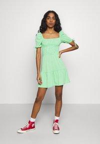 Topshop - GINGHAM SHIRRED TEA DRESS - Robe d'été - green - 1