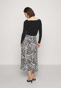Who What Wear - THE BELTED CIRCLE SKIRT - A-line skirt - white - 2