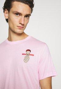 Nike Sportswear - TEE FOOD CART - Print T-shirt - pink foam - 5