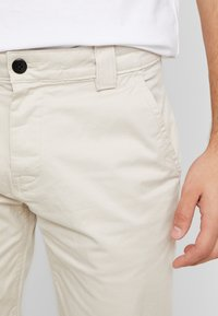 Tommy Jeans - SCANTON PANT - Chino kalhoty - pumice stone - 4