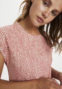 Saint Tropez - Print T-shirt - terra cotta zig zebra - 3