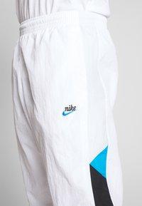 Nike Sportswear - PANT SIGNATURE - Träningsbyxor - white/black/pure platinum - 4