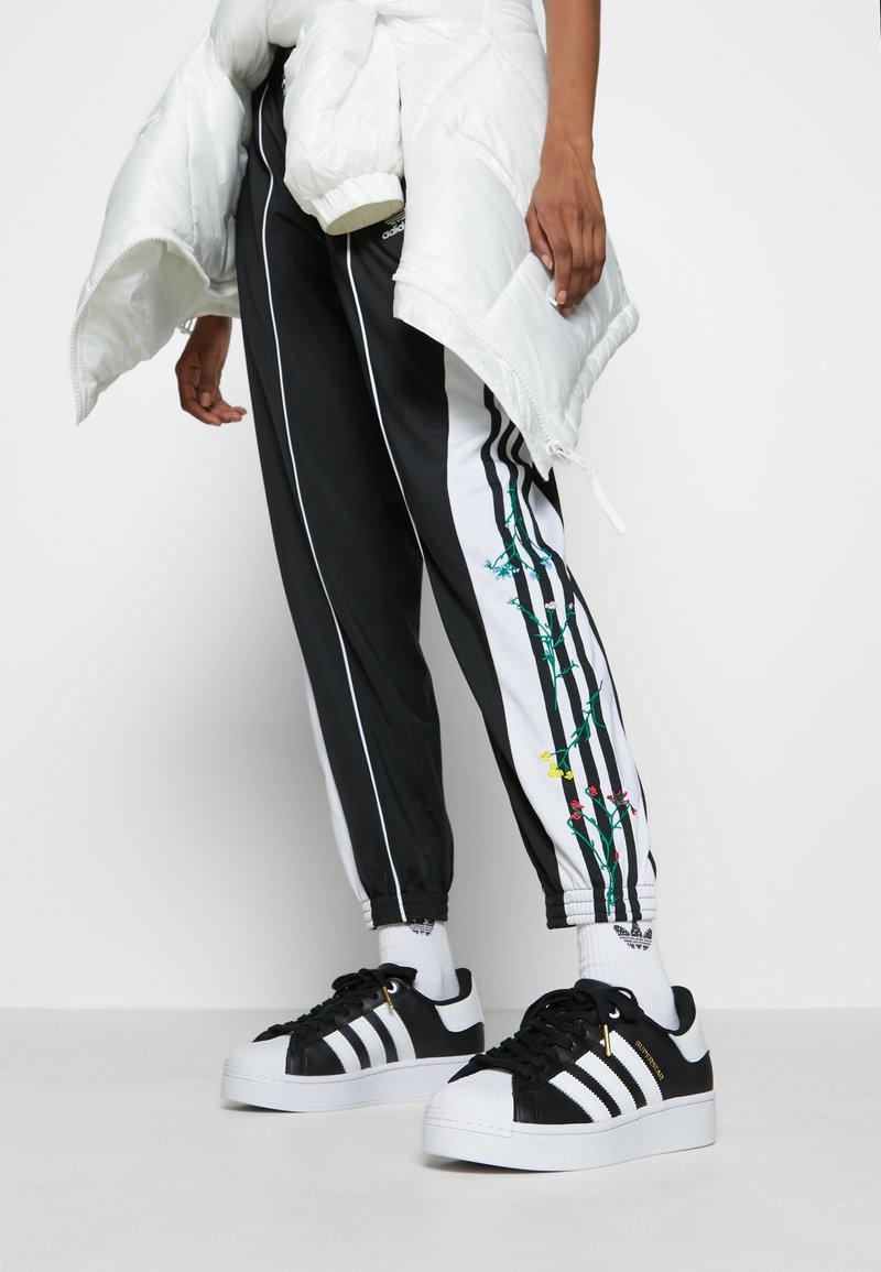adidas Originals - SUPERSTAR BOLD - Sneakersy niskie - core balck/footwear white/gold metallic