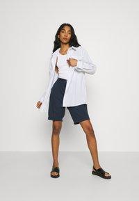 Vero Moda - VMFLASH BERMUDA BELT - Shorts - navy blazer - 1