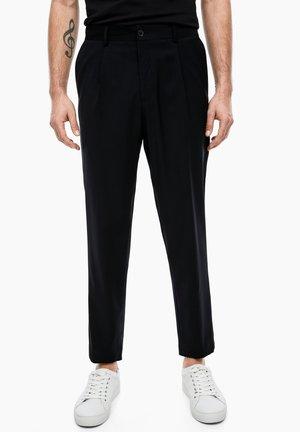 SLIM: SCHURWOLLHOSE MIT BUNDFALTEN - Trousers - black