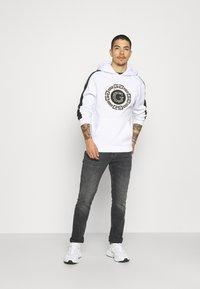 Glorious Gangsta - ORTIZ HOOD - Sweatshirt - optic white - 1