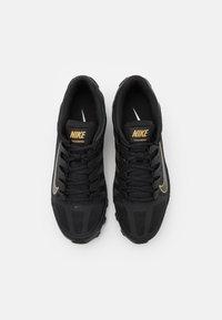 Nike Performance - REAX 8  - Chaussures d'entraînement et de fitness - black/metallic gold - 1