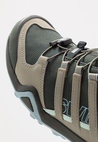 adidas Performance - TERREX SWIFT R2 GORE-TEX - Hikingsko - legend earth/fear grey/ash grey - 5