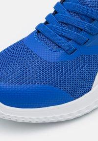 Reebok - RUSH RUNNER 3.0 UNISEX - Neutrální běžecké boty - court blue/black/tech metallic - 5