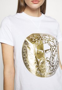 Versace Jeans Couture - T-shirts med print - white/gold - 5