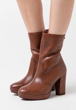 BOOTS  - Kotníková obuv na vysokém podpatku - brandy