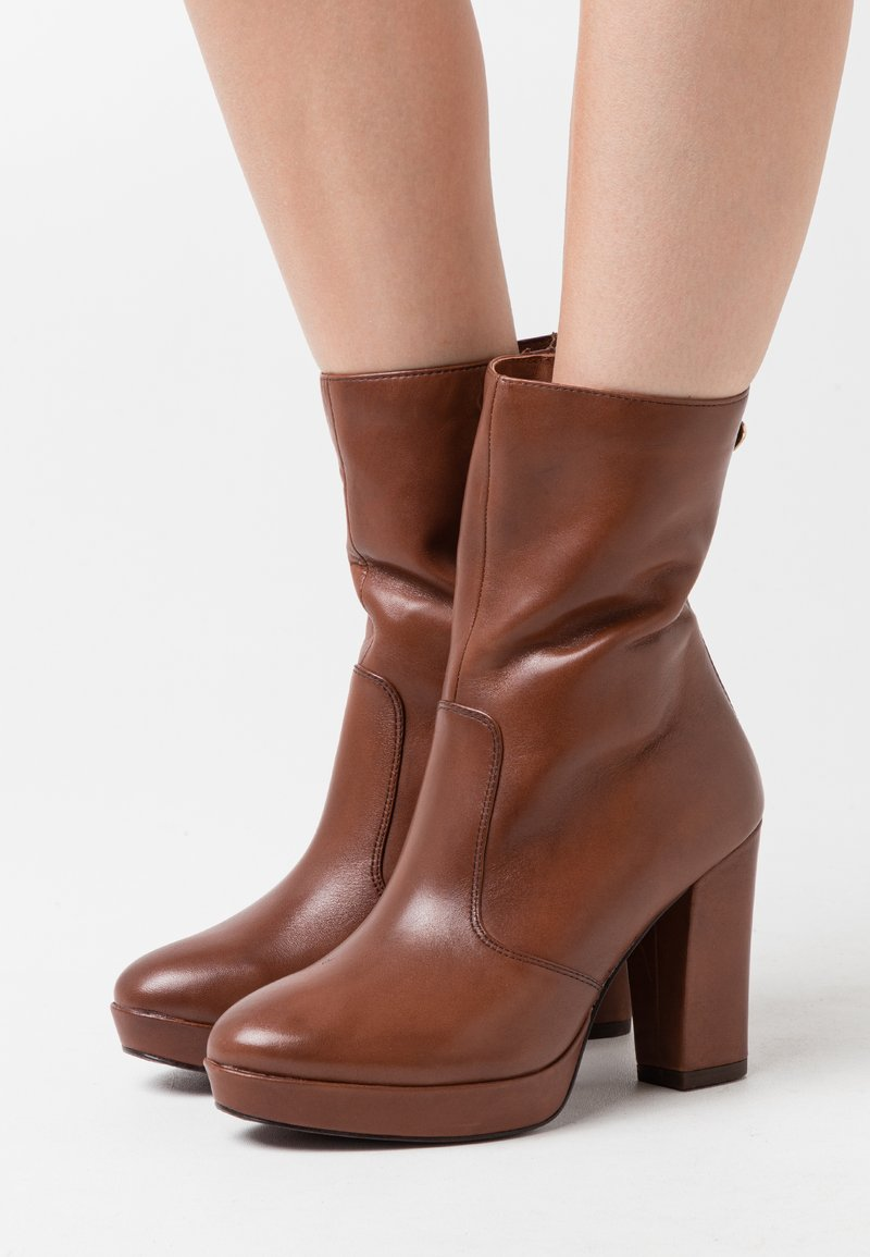 Tamaris Heart & Sole - BOOTS  - Kotníková obuv na vysokém podpatku - brandy