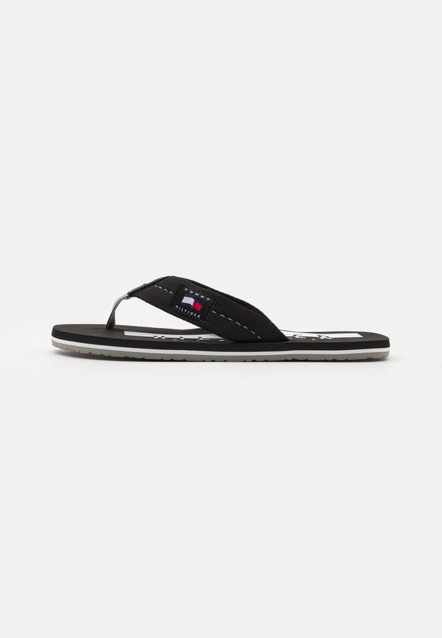 BADGE BEACH - Sandály s odděleným palcem - black