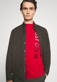 Nike Sportswear - TEE - Camiseta estampada - university red/white - 3