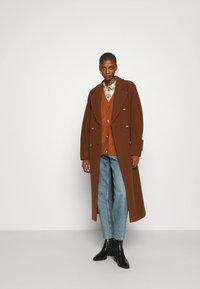 Marc O'Polo - COAT LONG WELT POCKETS BELT - Zimní kabát - chestnut brown - 1