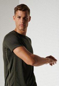 Superdry - ACTIVE - Sports shirt - army khaki - 2
