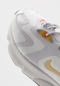 Nike Sportswear - AIR MAX 200 SE - Tenisky - summit white/vast grey/magma orange/smoke grey/team orange/black - 5