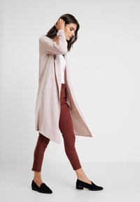 Yargici - FOLD DETAILED TROUSER - Slim fit jeans - bordeaux - 1