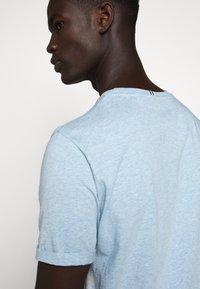 Les Deux - ENCORE  - Print T-shirt - light blue melange - 4