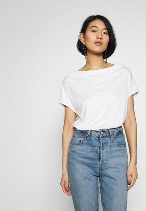 T-SHIRT - Basic T-shirt - soft white