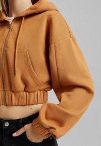 Bershka - PLÜSCH - Sweat à capuche zippé - light brown - 3